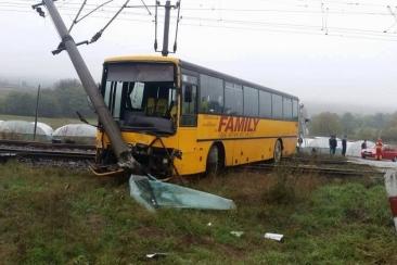 Autocar cu 26 de copii la bord, accident pe o cale ferată din Suceava