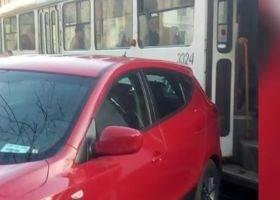 O masina cu ecuson de Camera Deputatilor a blocat circulatia tramvaielor